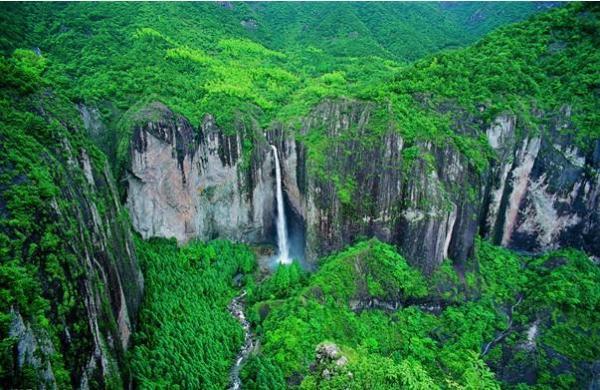 地质公园——雁荡山风景区境内,地处雁荡中心地段三折瀑景区入口处.
